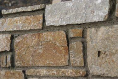Mauersteine Quarzit Gartenmauer (gefugt)
