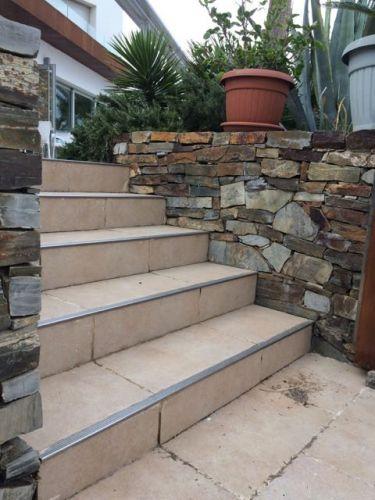 Mauersteine Quarzit in einem Garten (gestapelt